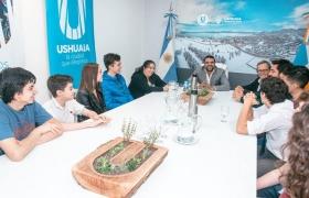 Alumnos de USHICANA reciben certificados por sus pasantías en la Secretaría de Turismo